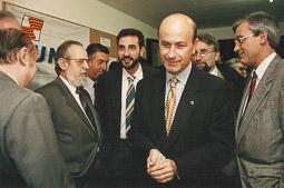 Ramon Espadaler, l'àlbum de fotos Amb Duran i Lleida en una visita a la seu d'UDC a Vic, el 1994. Foto: Arxiu històric de La Marxa de Catalunya.