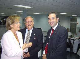 Ramon Espadaler, l'àlbum de fotos Amb l'alcalde de Manlleu, Joaquim Vivas (UDC), en un homenatge a Jordi Pujol a Vic (30/09/2004). Foto: Osona.com.