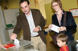 Ramon Espadaler, l'àlbum de fotos Votant a les eleccions al Parlament de Catalunya, acompanyat de la seva família (1/11/2006).