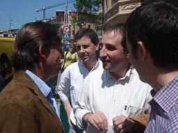 Ramon Espadaler, l'àlbum de fotos Amb el candidat de CiU per Vic, Josep Maria Vila d'Abadal, a la campanya de les eleccions municipals de maig de 2007  Foto: Osona.com.