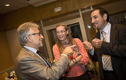 Ramon Espadaler, l'àlbum de fotos Amb Josep Antoni Sánchez-Llibre, en un sopar d'UDC (8/10/2009).