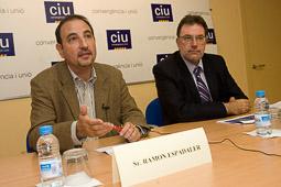 Ramon Espadaler, l'àlbum de fotos En una roda de premsa amb Josep Lluís Clèries, exposant les polítiques socials de CiU (28/10/2010).