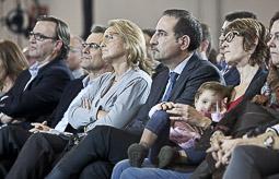 Ramon Espadaler, l'àlbum de fotos Amb el matrimoni Mas-Rakòsnik, i la seva esposa, al míting de les eleccions al Parlament de Catalunya del 25-N a Vic (16/11/2012).