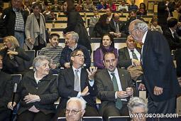 Ramon Espadaler, l'àlbum de fotos A Vic, a l'homenatge a Manuel Carrasco i Formiguera, al costat de l'alcalde de Vic, Josep maria Vila d'Abadal (26/04/2013).