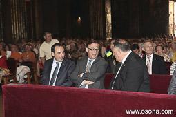 Ramon Espadaler, l'àlbum de fotos A l'Ofici de Festa major a la catedral de Vic, amb Vila d'Abadal i el tinent d'alcalde d'ERC, Joan López (5/07/2013). Foto: Josep M. Costa.
