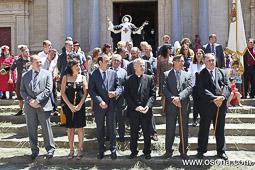 Ramon Espadaler, l'àlbum de fotos A la sortida de l'ofici de Festa major de Sant Miquel dels Sants de Vic, davant la catedral, amb el bisbe Romà Casanova i autoritats locals i comarcals.