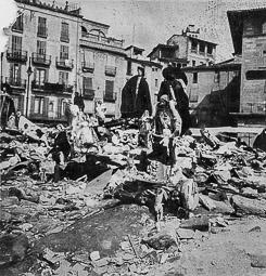 Revolució, guerra i franquisme a Vic Llibres i objectes religiosos a la plaça Major per ser destruïts, per ordre del Comitè Antifeixista (8/IX/1936).