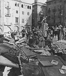 Revolució, guerra i franquisme a Vic Llibres i objectes religiosos a la plaça Major per ser destruïts, per ordre del Comitè Antifeixista (8/IX/1936)