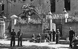 Revolució, guerra i franquisme a Vic Grup de milicians davant la seu del Comitè de Milícies Antifeixistes, al convent del Sagrat Cor, del passeig de la Generalitat, l'estiu de 1936.