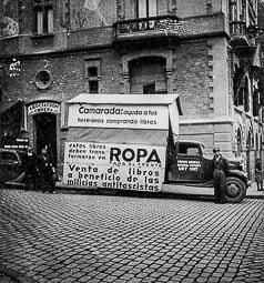 Revolució, guerra i franquisme a Vic Campanya de recollida de roba, davant la casa Comella.