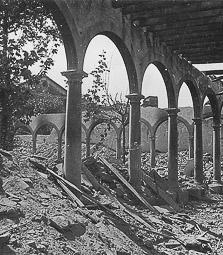 Revolució, guerra i franquisme a Vic Destrucció del claustre del convent de la Mercè, a la rambla de l'Hospital.
