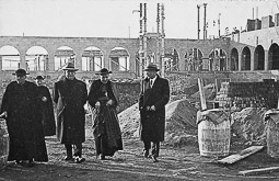 Revolució, guerra i franquisme a Vic Visita d'autoritats a les obres de construcció del Seminari Conciliar de Vic.