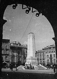 Revolució, guerra i franquisme a Vic Monument als caiguts del bàndol franquista a la plaça Major de Vic, eliminat el 1943.