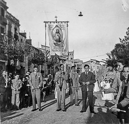 Revolució, guerra i franquisme a Vic Processó de Corpus de Vic, el 1943, al seu pas per la rambla del Passeig.