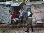 Fotos de Sergi Cámara des d'Haití, per a Osona.com Guarda de seguretat al camp Automeca.