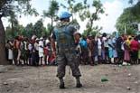 Fotos de Sergi Cámara des d'Haití, per a Osona.com Soldat del MINUSTAH controlant l'enrregistrament al campament de Automeca.