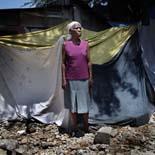 Fotos de Sergi Cámara des d'Haití, per a Osona.com Monais François, de 72 anys, vivint damunt les restes del que era la seva casa.