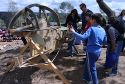 Festa de la Primavera 2015 a la masia de Can Deu de Sabadell Uns nens juguen amb un joc d'enginy.