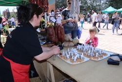 Festa de la Primavera 2015 a la masia de Can Deu de Sabadell Punt de degustació de menjars derivats del porc.