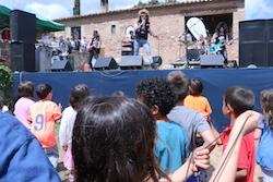 Festa de la Primavera 2015 a la masia de Can Deu de Sabadell Uns nens ballen en el concert de Heavy per a Xics.