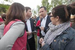 Municipals 2015: Inici de la campanya electoral a Sabadell Josep Ayuso parlant amb membres del seu equip.