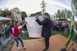 Municipals 2015: Inici de la campanya electoral a Sabadell Josep Ayuso amb la seva companya, Txell Vañó, mostrant el cartell de la campanya.