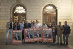 Municipals 2015: Inici de la campanya electoral a Sabadell Els membres de Ciutadans mostren el seu cartell per a les eleccions.