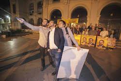 Municipals 2015: Inici de la campanya electoral a Sabadell Juli Fernàndez, el cap de llista d'ERC es fa un selfie amb els seus companys de partit.