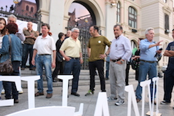 Municipals 2015: Inici de la campanya electoral a Sabadell El cap de llista d'Unitat pel Canvi, Joan Berlanga, conversa amb simpatitzants i membres de la candidatura. Foto: Norma Vidal.