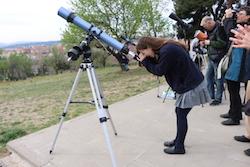 L'eclipsi de sol des de Sabadell Una noia mirant a través d'un telescopi. Albert Segura.