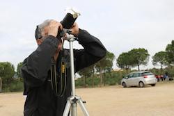 L'eclipsi de sol des de Sabadell Un home mirant a través d'un telescopi. Albert Segura.