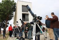 L'eclipsi de sol des de Sabadell Un grup d'experts contemplen l'eclipsi amb telescopis. Albert Segura.