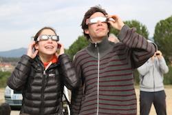 L'eclipsi de sol des de Sabadell Dos nois utilitzen ulleres especials per veure l'eclipsi. Albert Segura.