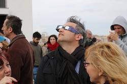 L'eclipsi de sol des de Sabadell Un noi mira l'eclipsi a través d'unes ulleres especials. Albert Segura.