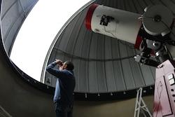 L'eclipsi de sol des de Sabadell Un responsable de l'observatori mira l'eclipsi amb uns prismàtics adaptats. Albert Segura.