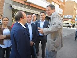 Les imatges més curioses de la campanya electoral a Sabadell 2015  Converses de carrer. Foto: Norma Vidal.
