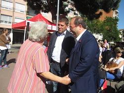 Les imatges més curioses de la campanya electoral a Sabadell 2015  Aturant el candidat. Foto: Norma Vidal.