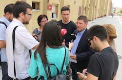 Les imatges més curioses de la campanya electoral a Sabadell 2015  Parlant amb la premsa. Foto: Norma Vidal.