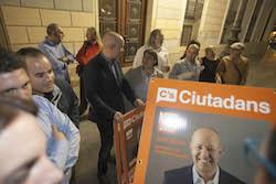 Les imatges més curioses de la campanya electoral a Sabadell 2015  Encartellant. Foto: Juanma Peláez.