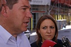 Les imatges més curioses de la campanya electoral a Sabadell 2015  Parant l'orella.  Foto: Albert Segura.