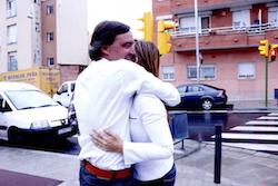 Les imatges més curioses de la campanya electoral a Sabadell 2015  Abraçada de suport. Foto: Albert Segura.
