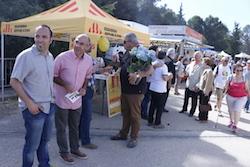 Les imatges més curioses de la campanya electoral a Sabadell 2015  Un d'Unitat a la carpa d'ERC i propaganda de Guanyem en mà. Foto: Norma Vidal.