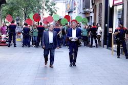Les imatges més curioses de la campanya electoral a Sabadell 2015  Amb un missatge a les mans. Foto: Albert Segura.