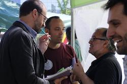Les imatges més curioses de la campanya electoral a Sabadell 2015  Prenent nota. Foto: Albert Segura.