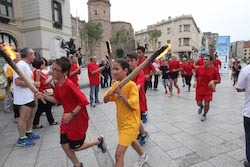 La Flama del Canigó arriba a Sabadell, 2015 Nens portant la Flama.