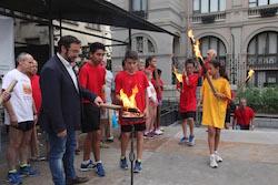 La Flama del Canigó arriba a Sabadell, 2015 L'alcalde, Juli Fernàndez, encenent una torxa.