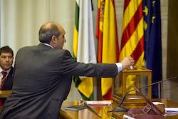 Ple de constitució de l'Ajuntament de Sabadell Josep Beltran votant.