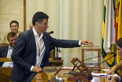 Ple de constitució de l'Ajuntament de Sabadell Carles Bosch votant.