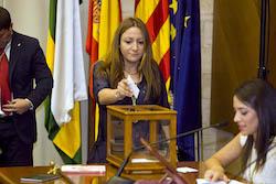 Ple de constitució de l'Ajuntament de Sabadell Ana Carrasco votant.