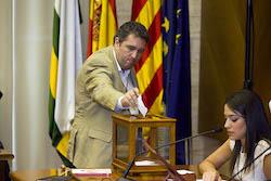 Ple de constitució de l'Ajuntament de Sabadell José Luis Fernández votant.
